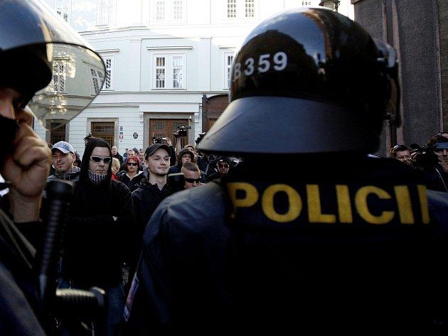 Detektivové Útvaru pro odhalování organizovaného zločinu zadrželi desítku přívrženců krajní pravice, u dalších provedli domovní prohlídky v bytech v Praze a na jižní Moravě. Policie se zaměřila především na lidi spojované s neonacistickým Národním odporem