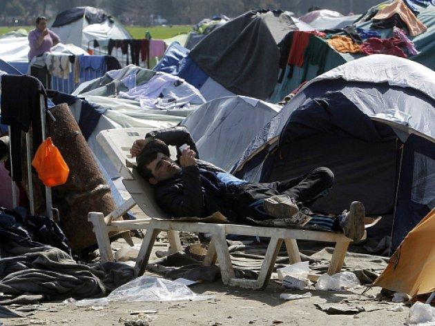 Řecký ministr vnitra Panajotis Kurumblis dnes přirovnal uprchlický tábor v Idomeni na řecko-makedonské hranici k nacistickému koncentračnímu táboru Dachau.