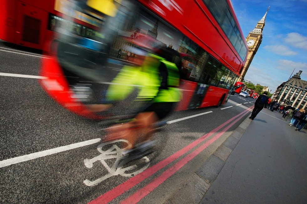 V Británii mají vzniknout nejen nové cyklostezky, ale například širší chodníky, úpravou mají projít také křižovatky.