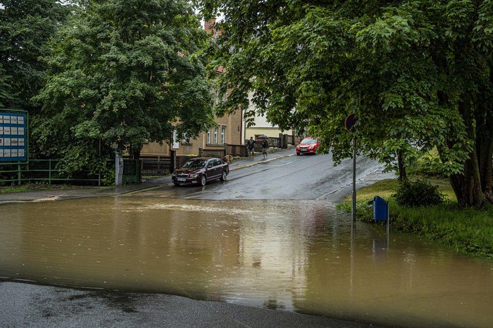 Ve Fibichově ulici v Liberci se vytvořila 17. července 2021 při silném dešti laguna