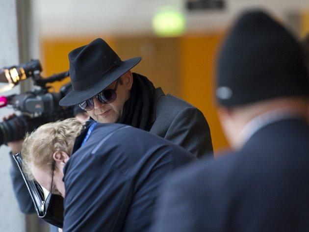Obvodní soud pro Prahu 4 začal 22. února projednávat kauzu Lubomíra Píši a Jiřího Křečka (na snímku vzadu), kteří čelí obžalobě z šíření pornografie a ublížení na zdraví. Muži údajně natáčeli a šířili sadistické pornofilmy.