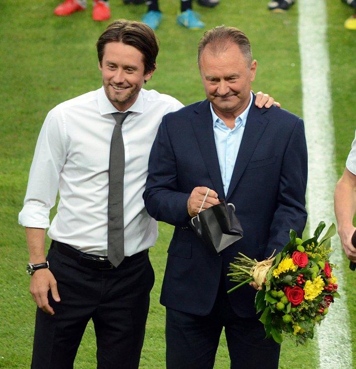 Sparta - Dukla Jiří Rosický (vpravo) slaví 70. narozeniny, ocenění předal syn Tomáš