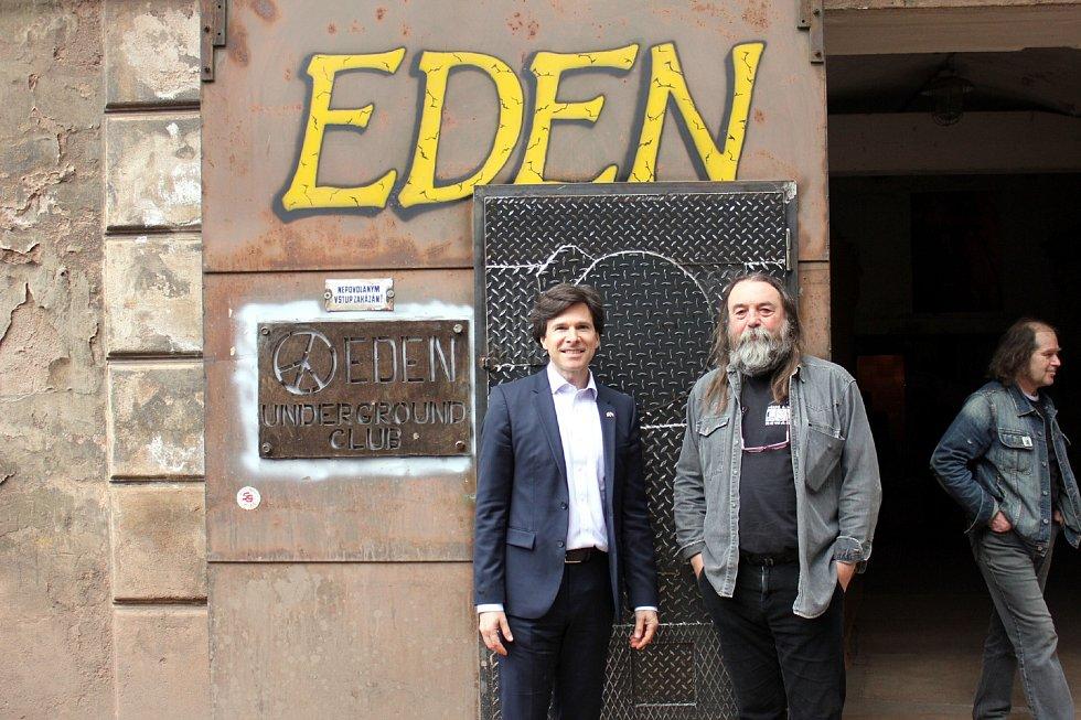 Před undergroundovým klubem s americkým velvyslanecem Andy Shapirem, který klub navštívil při své návštěvě Broumova v květnu 2016 2