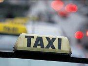 Vyhrazená místa pro taxi. V nové soutěži měl zájem jen jeden zájemce.