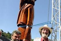 Obří socha Bolka Polívky (vpravo) byla slavnostně odhalena 22. srpna ve Vizovicích na závěr třídenního festivalu Trnkobraní. Vlevo je autor sochy Cyril Kocúrek.