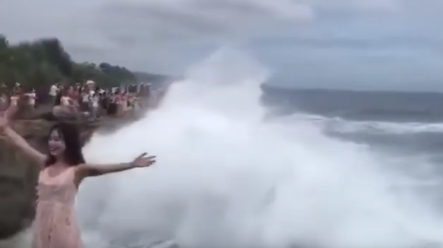 Turistku na Bali smetla obří vlna