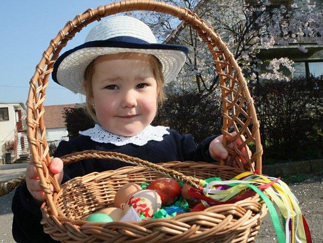 S pletenými pomlázkami, často ve větších skupinkách, tak pojali letošní Velikonoční pondělí děti ve školním věku. Malovaná vajíčka, čokoládoví zajíčci a mnoho dalších sladkostí bylo v pondělí dopoledne k dostání v nejedné domácnosti.