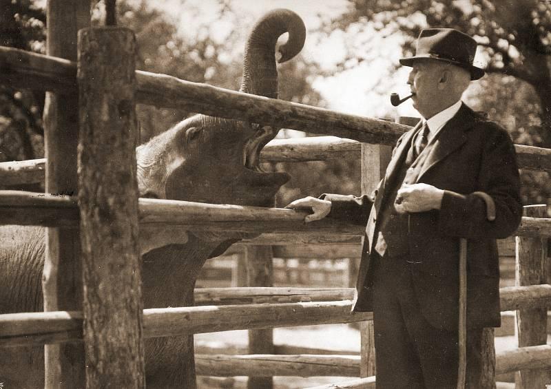 Ředitel Zoo Praha Jiří Janda se slonem Baby