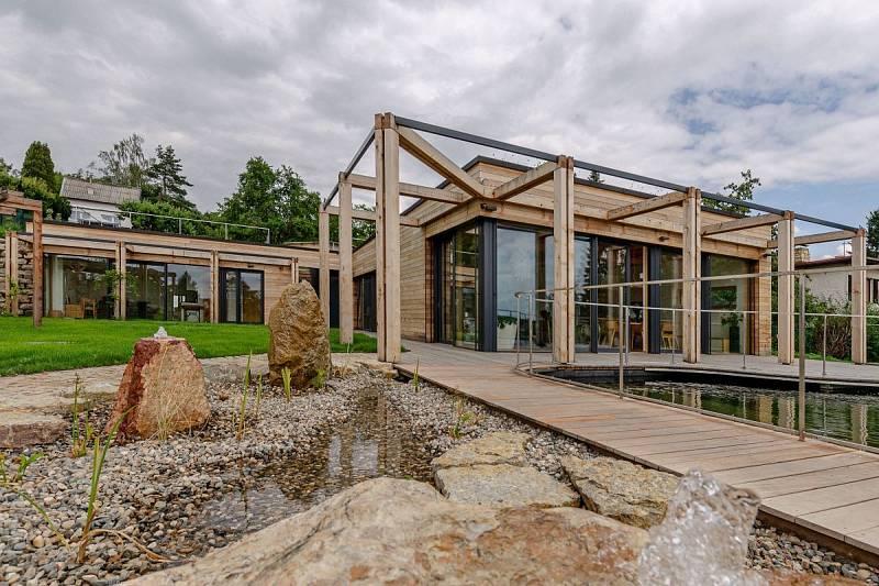 Novostavba rodinného domu s biotopem v Mníšku pod Brdy vznikla v energeticky pasivním standardu.
