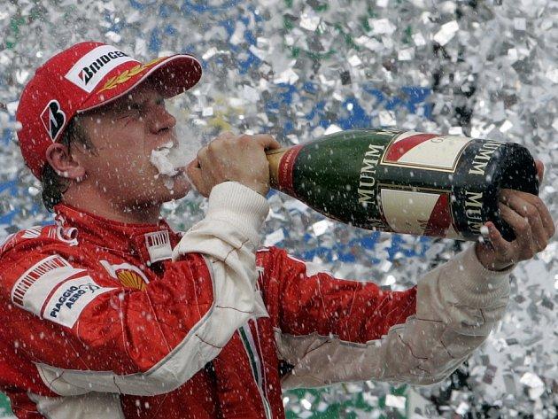Finský pilot Kimi Räikkönen slaví vítězství ve Velké ceně Brazílie. Triumfem v posledním závodě sezony vybojoval svůj premiérový titul mistra světa F1, když o jediný bod porazila Brita Lewise Hamiltona.