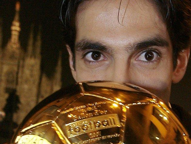 Brazilec Kaká z AC Milán pózuje se Zlatým míčem před milánskou katedrálou. Středopolař v sezoně vyhrál prakticky všechno, co mol: Ligu mistrů, Zlatý míč a stal se i nejlepším fotbalistou světa.
