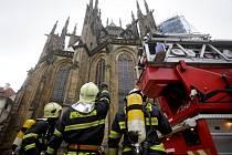 Hasiči 16. října ráno nacvičovali na Pražském hradě likvidaci požáru v prostoru krovu severního výběžku katedrály sv. Víta nad Wohlmutovou kruchtou, kaplí sv. Zikmunda a starou sakristií.