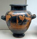 Řecká starověká nádoba na víno z roku 480 před naším letopočtem. Odysseus připoutaný ke stožáru lodi, podle legendy jej svou libou melodií lákaly k sobě sirény na svůj ostrov.