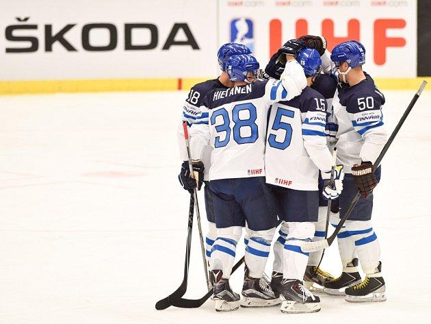 Hokejisté Finska se radují z gólu proti Slovinsku.