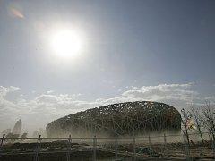 Celkový pohled na rozestavěný olympijský stadion v Pekingu.