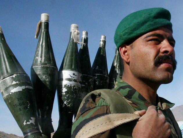 Voják Afghánské národní armády hlídkuje v jihovýchodní části země.