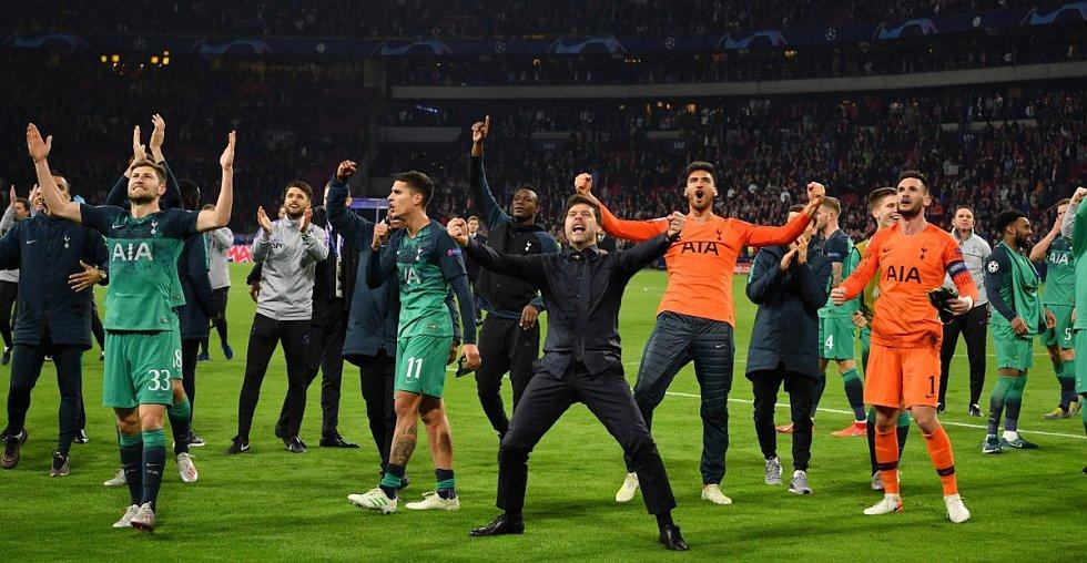 Fotbalisté Tottenhamu slaví postup přes Ajax Amsterdam. Uprostřed v černém trenér Mauricio Pochettino.