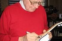 Warren Buffett podepisuje ukulele