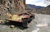 Stopy války 15 let po jejím skončení. Zničený azerbajdžánský tank na severozápadě Karabachu. Viditelných stop po válce ubývá, ale v myslích mají lidé krvavý konflikt stále živý
