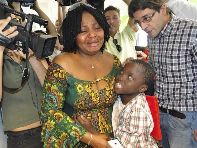 Osmiletý chlapec z Pobřeží slonoviny, kterého nalezli celníci v kufru při pokusu překonat hranici mezi Marokem a španělskou enklávou Ceuta, se shledal se svou matkou.