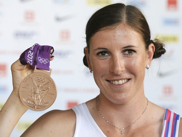 Překážkářka Zuzana Hejnová s bronzovou medailí z olympijských her v Londýně.