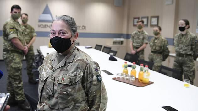 Tým britských zdravotníků, kteří pomohou českým kolegům ve zvládání epidemie nového typu koronaviru, dorazil v noci na 10. listopadu 2020 do Česka