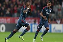 David Alaba z Bayernu Mnichov (vlevo) se raduje z gólu proti CSKA Moskva.