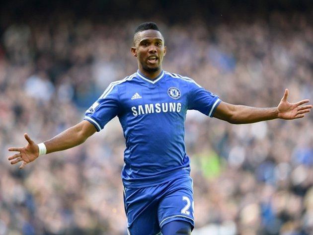 Samuel Eto'o z Chelsea se raduje z gólu proti Arsenalu.