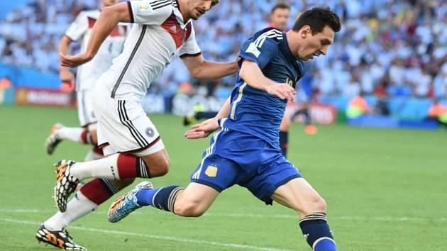 Argentinský mág Lionel Messi (vpravo) se snaží přesprintovat německé fotbalisty.
