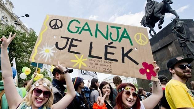 Z Karlova náměstí vyšel 8. května po poledni za doprovodu hudby pochod převážně mladých lidí za legalizaci konopí.