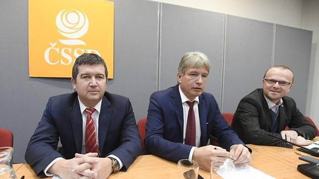 Zleva předseda ČSSD Jan Hamáček a poslanci Roman Onderka a hejtman Pardubického kraje Martin Netolický