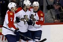 Jaromír Jágr slaví se spoluhráči vítězný gól v síti Winnipegu.