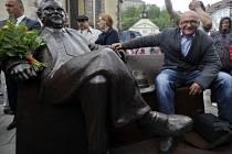 Na Masarykově náměstí v Náchodě byla 11. května slavnostně odhalena lavička Josefa Škvoreckého. Poctu místnímu rodákovi vytvořil sochař Josef Faltus (na snímku) ze Záryb u Kostelce nad Labem.