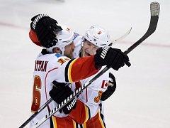 Hokejisté Calgary Ladislav Šmíd (vpravo) a Brian McGrattan se radují z gólu.