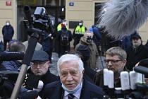 Bývalý prezident Václav Klaus 17. listopadu 2020 na Národní třídě v Praze hovoří s novináři