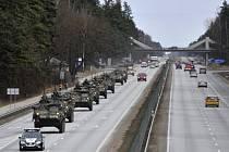 Americký konvoj projíždí Lotyšskem.