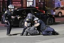 Policisté v  New Yorku zatýkají muže během protestů proti policejnímu násilí
