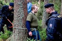 Policisté odstraňují řetěz, kterým se v šumavské lokalitě Na Ztraceném u Modravy připoutal 26. července jeden z ekologických aktivistů bránících kácení stromů v Národním parku Šumava.