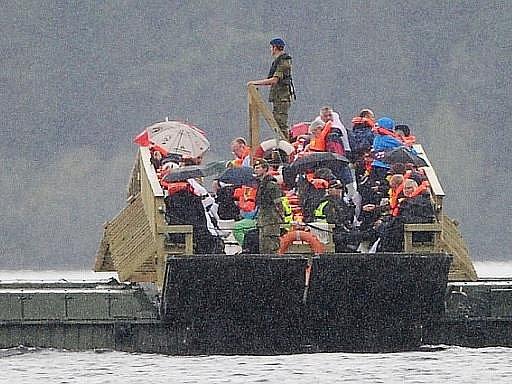 Pozůstalí po obětech norského atentátníka Anderse Behringa Breivika v pátek společně vzpomínali na ostrově Utöya na své blízké, kteří zde pachatelovou rukou zahynuli.
