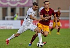 Daniel Tetour z Dukly bojuje o míč s Janem Navrátilem ze Slovácka.