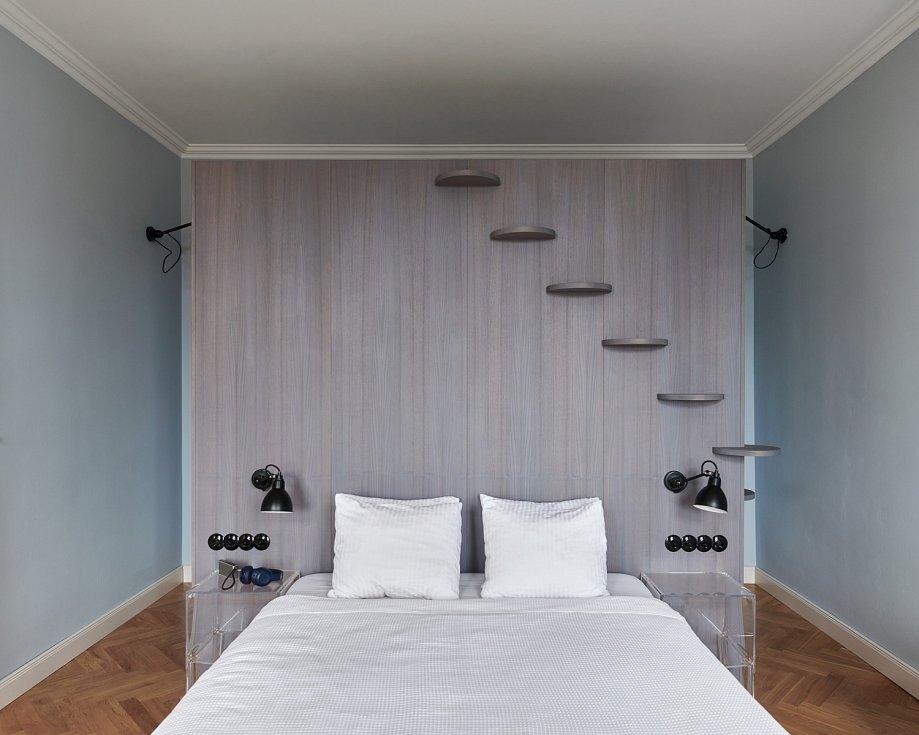 Elegantní a praktické řešení designérka vymyslela pro ložnici.