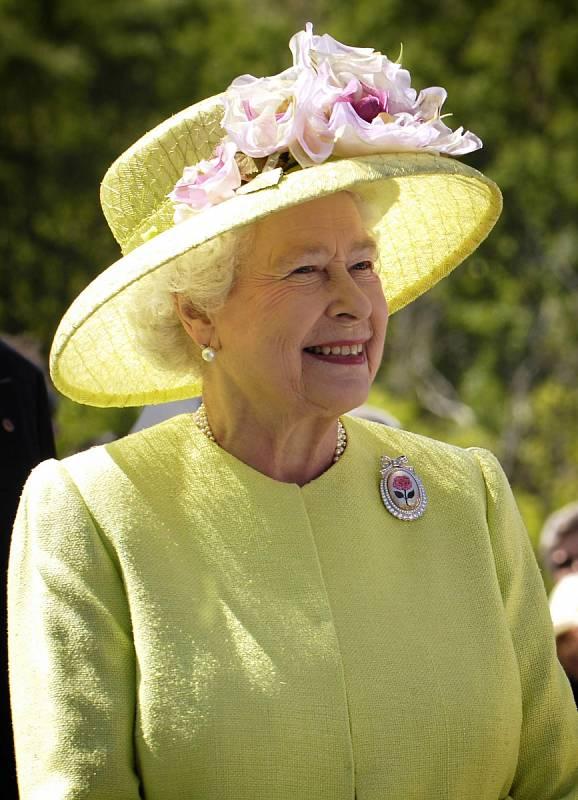 Královna Alžběta je také moderní dáma. Na její popud vznikl kanál na YouTube, facebooková stránka či účet na Twitteru, dále také už dávno využívá i mobilní telefon, na kterém denně píše svým vnukům.