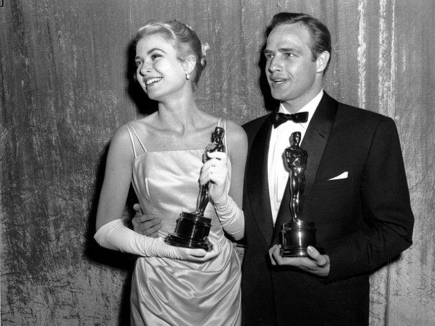 Grace Kellyová a Marlon Brando na snímku z roku 1954.