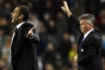 Dva úspěšní fotbaloví trenéři. Kouč Barcelony Josep Guardiola (vlevo) a Chelsea Guus Hiddink během semifinále Ligy mistrů.