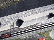 Červen - Svýcaři otevřeli Gotthardský železniční tunel, v plném provozu je od prosince.