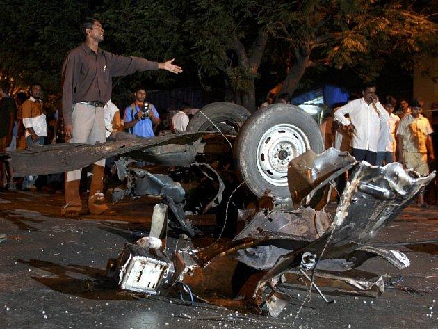 Obyvatelé stojí na místě atentátu v indické Bombaji.