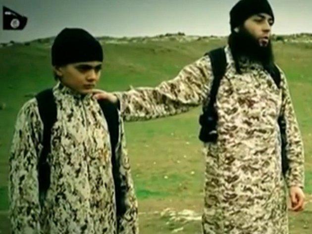 Muž a chlapec, kteří se objevili na nejnovějším videu Islámského státu (IS) s izraelským rukojmím, jehož dítě nakonec podle všeho zastřelí, jsou s největší pravděpodobností francouzské národnosti.