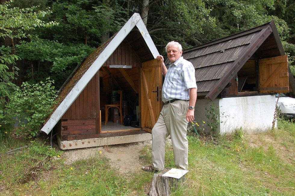 Jedna z prvních seismických stanic vyrostla v Novém Kostele. Představil jí seismolog Josef Horálek.