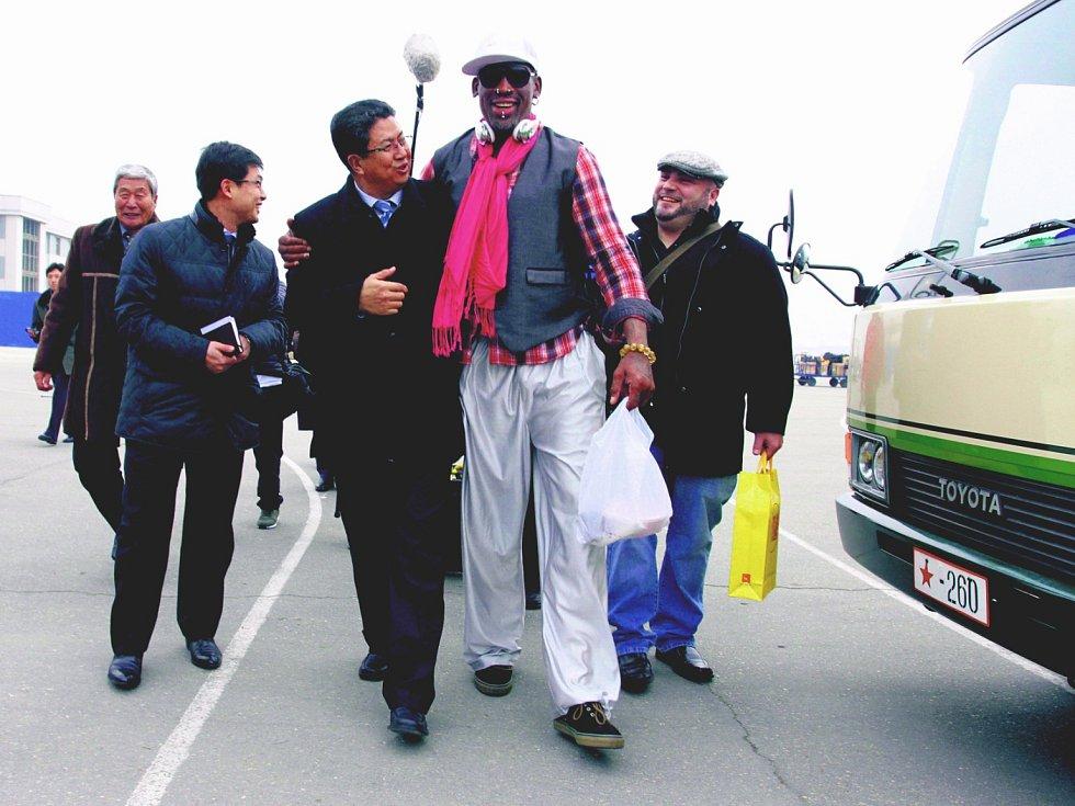 Dennis Rodman (uprostřed v kšiltovce) při včerejším setkání se severokorejskými politiky úsměvy nešetřil.