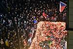 Pohled na zapálené svíčky u památníku událostí 17. listopadu 1989 na Národní třídě v Praze, kde si 17. listopadu 2019 lidé připomínali 30. výročí sametové revoluce